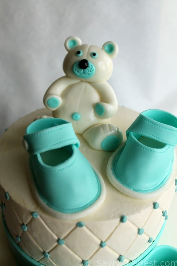 baby shower cake design with fondant baby shoes and teddy bear, Baby shower invitation